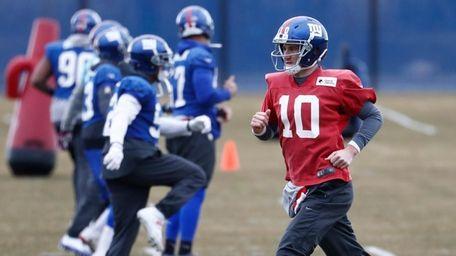 New York Giants quarterback Eli Manning (10) works