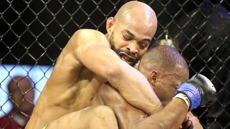 David Branch (L) defeated Louis Taylor at 185