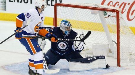 New York Islanders' John Tavares (91) scores on