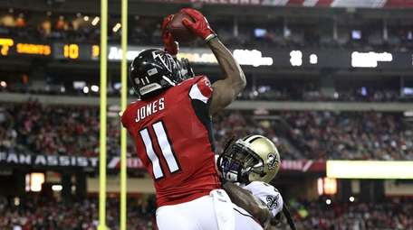 Julio Jones #11 of the Atlanta Falcons catches