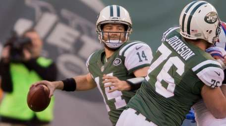 New York Jets quarterback Ryan Fitzpatrick (14) passes