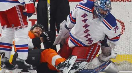 Jakub Voracek #93 of the Philadelphia Flyers slides