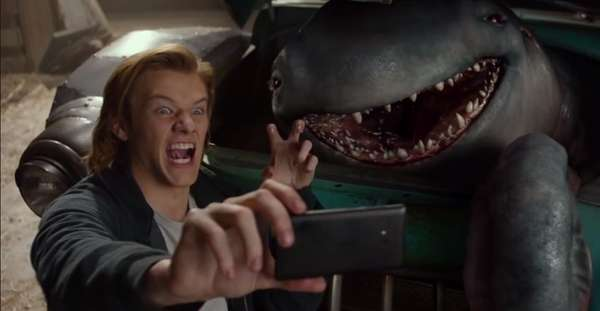 Ateenager (Lucas Till) discovers a mysterious creature who