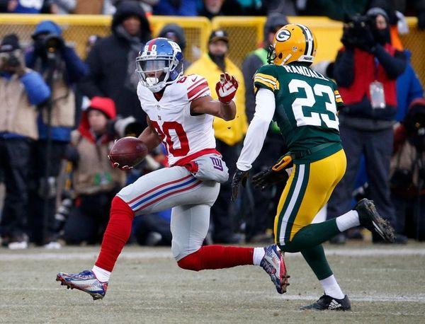 New York Giants wide receiver Victor Cruz tries