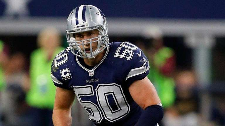 Dallas Cowboys outside linebacker Sean Lee defends during
