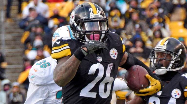 Pittsburgh Steelers running back Le'Veon Bell (26) carries