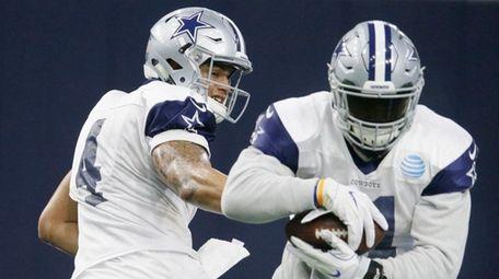 Dallas Cowboys running back Ezekiel Elliott (21) takes