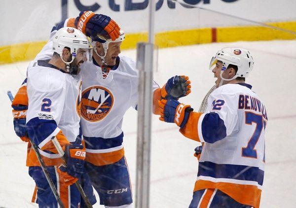 New York Islanders left wing Jason Chimera, center,