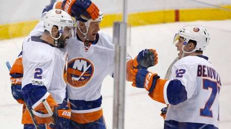 New York Islanders left wing Jason Chimera, center,