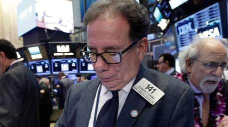 Sal Suarino, center, works with fellow traders on