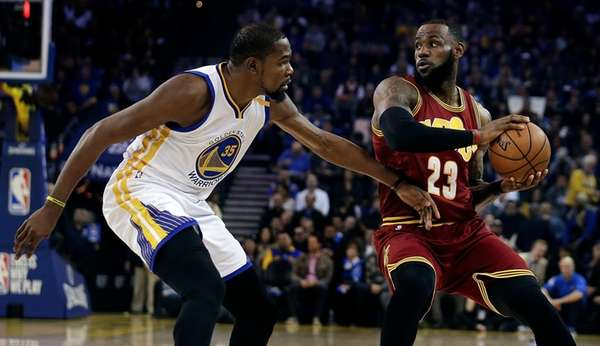Golden State Warriors' Kevin Durant, left, defends against