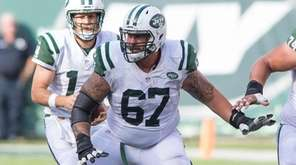 New York Jets guard Brian Winters (67) sets