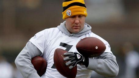 Pittsburgh Steelers quarterback Ben Roethlisberger tries to grab