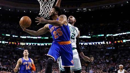 New York Knicks guard Derrick Rose (25) drives