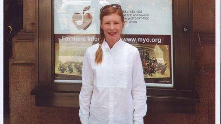Kidsday reporter Vivian Laskowski in front of Carnegie