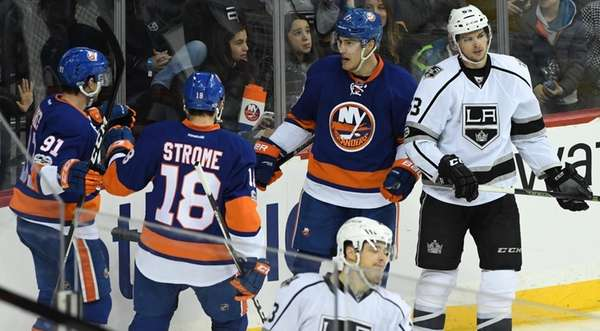 New York Islanders left wing Anders Lee, right,