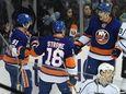 New York Islanders left wing Anders Lee, right,
