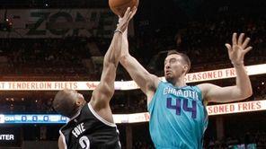 Charlotte Hornets' Frank Kaminsky III (44) shoots over