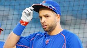 New York Mets first baseman James Loney looks
