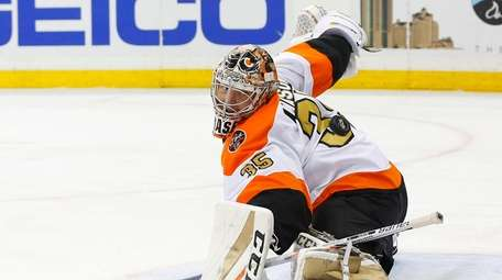 Steve Mason #35 of the Philadelphia Flyers makes