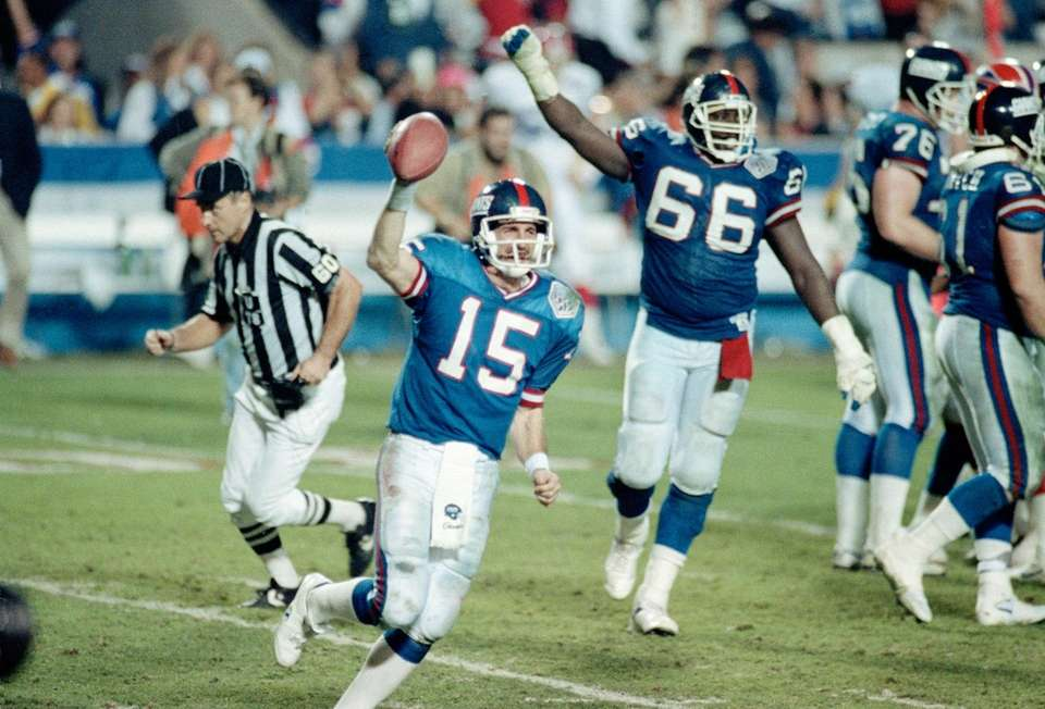 New York Giants quarterback Jeff Hostetler runs from
