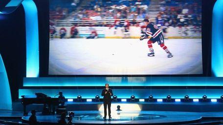 Former NHL player Wayne Gretzky speaks on stage