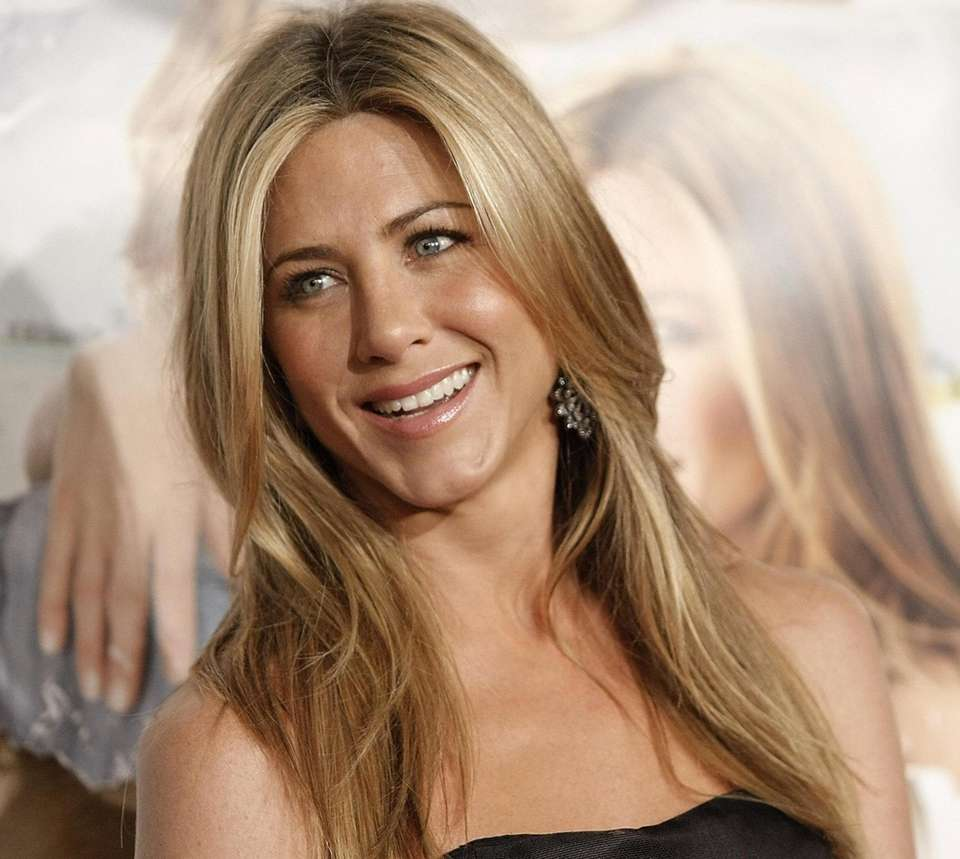 Jennifer Aniston poses on the press line at