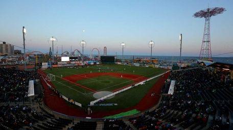 The New York Cosmos andOttawa Fury FC playa