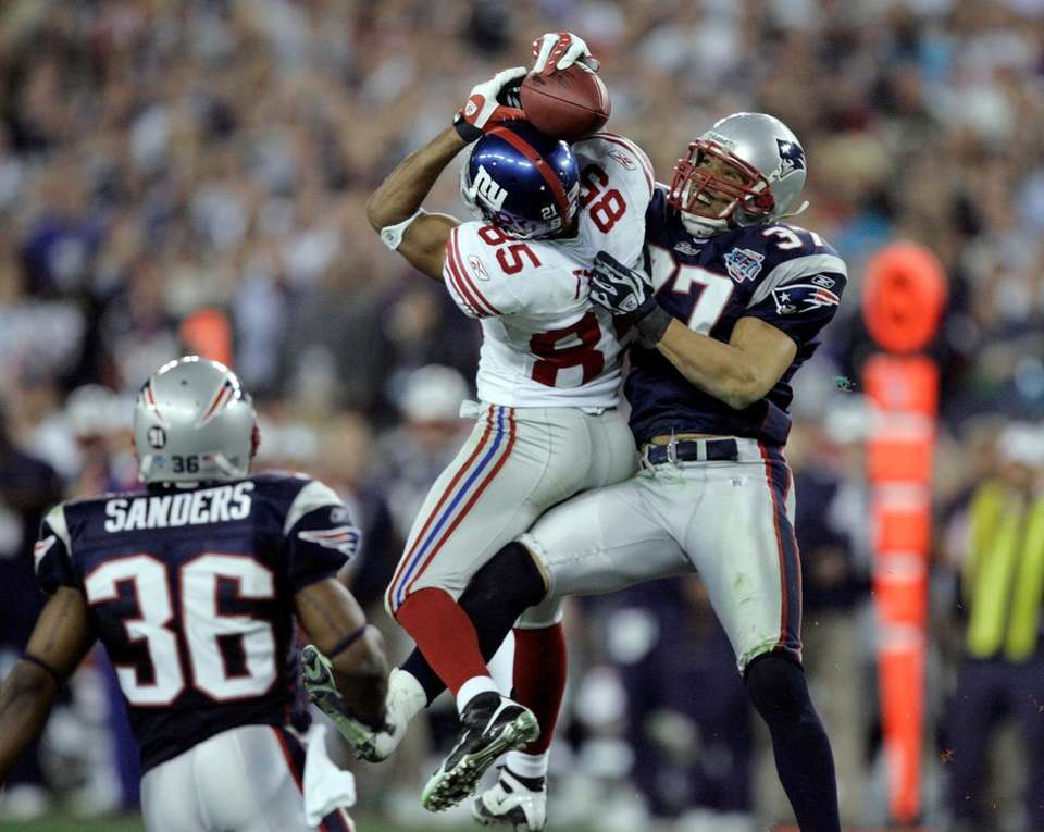 New York Giants receiver David Tyree catches a