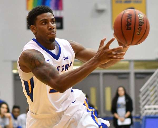 Justin Wright-Foreman #3 of Hofstra University makes a