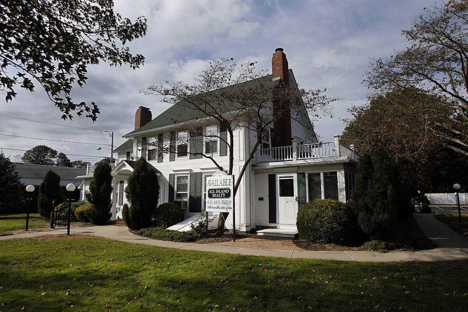 On April 22, 1790, Washington left Sagtikos Manor