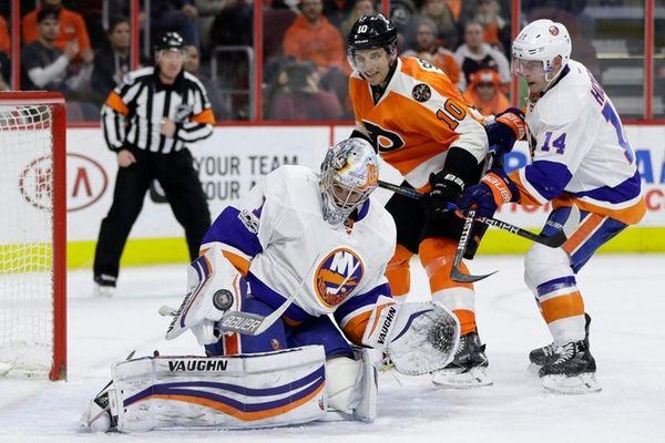 New York Islanders' Thomas Greiss (1) blocks a