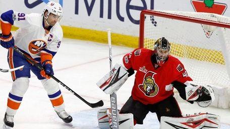 Ottawa Senators goalie Craig Anderson makes a save