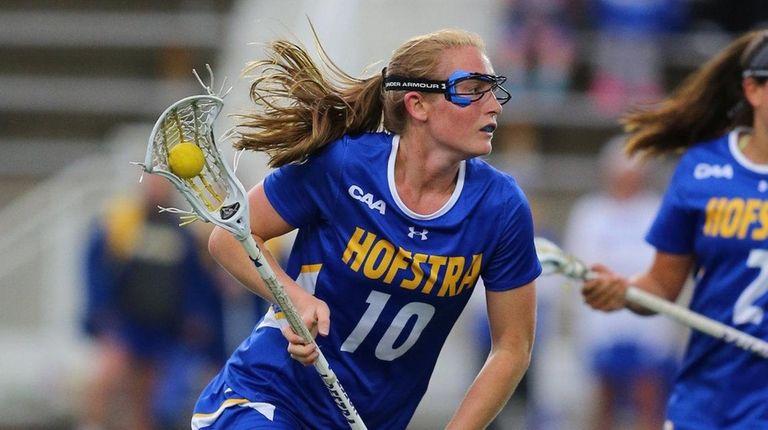 Amanda Seekamp of Hofstra drives the ball up