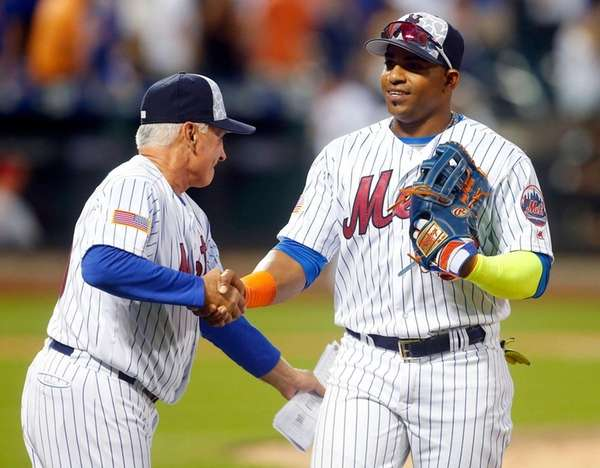 Yoenis Cespedes and Mets manager Terry Collins celebrate