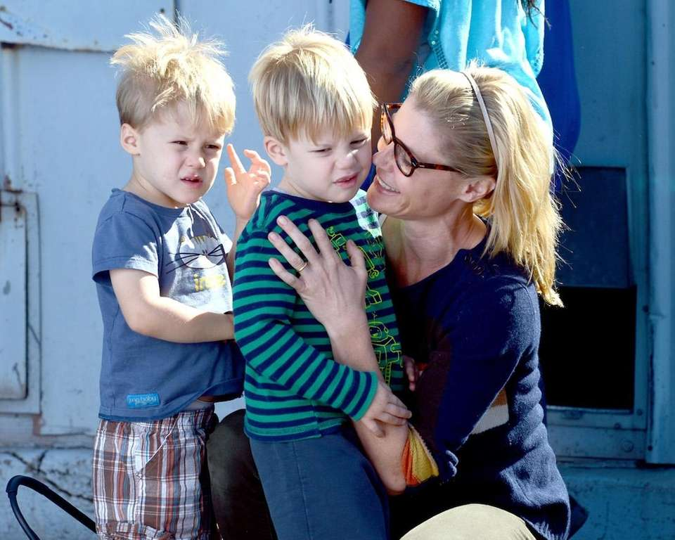 Julie Bowen, with husband Scott Phillips, has two