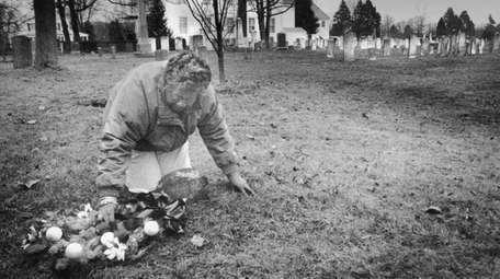 Eleanor Lingo places a wreath on thegrave of