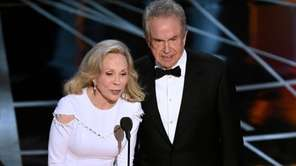 Faye Dunaway, left, and Warren Beatty mistakenly present