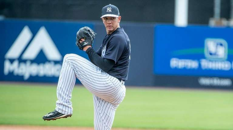 New York Yankeespitcher Chad Green throws from the