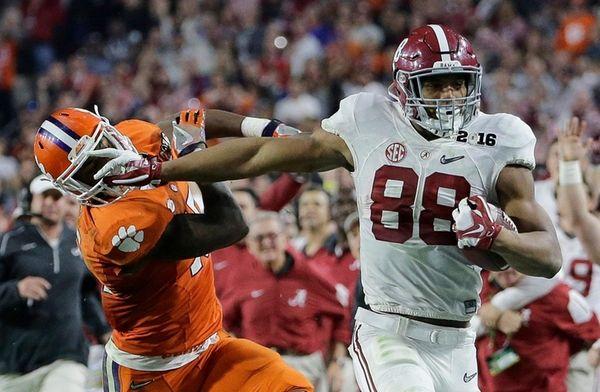 Alabama's O.J. Howard tries to get past Clemson's