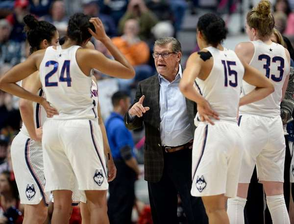 Connecticut head coach Geno Auriemma, center, talks to