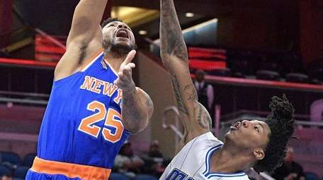 New York Knicks guard Derrick Rose (25) goes
