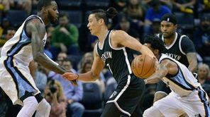 Brooklyn Nets guard Jeremy Lin (7) drives between