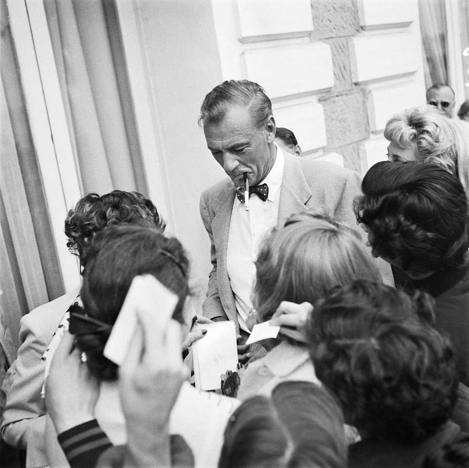 The Academy Award-winning actor, seen signing autographs in