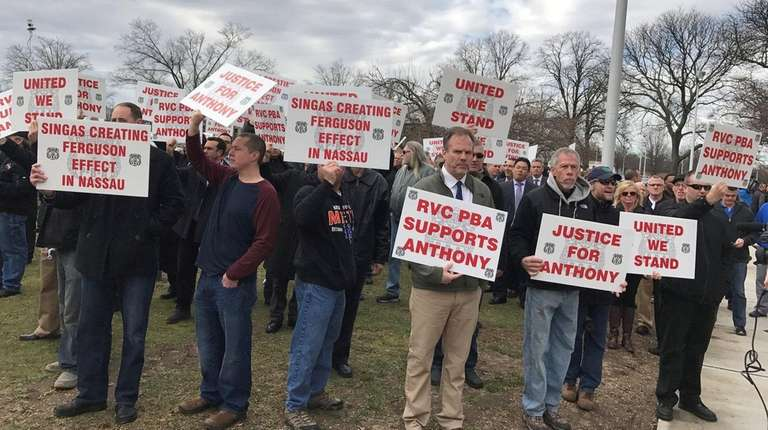 Off-duty police officers rally outside Nassau County Court