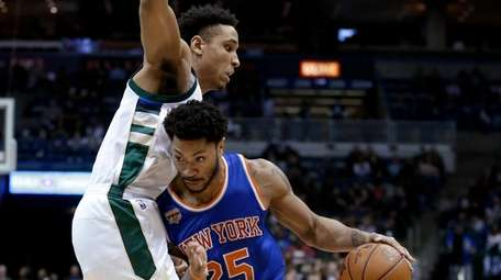 New York Knicks' Derrick Rose (25) drives to