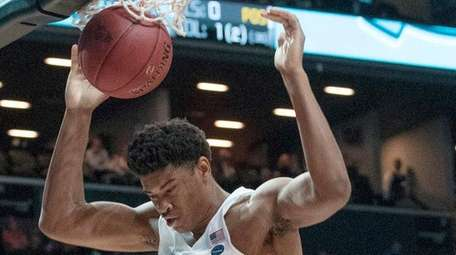 North Carolina forward Isaiah Hicks (4) dunks during