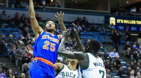 Knicks guard Derrick Rose shoots between Milwaukee Bucks