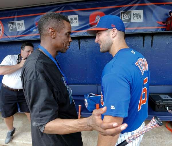 New York Mets' Tim Tebow, right, talks with