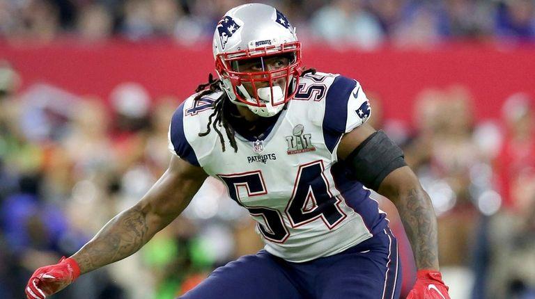 New England Patriots linebackerDont'a Hightower folllows the action